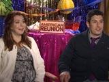 Alyson et Jason devant le décors préparés pour les interview d'American Reunion