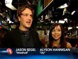 Alyson et Jason devant la caméra de TV Guide