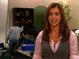 Alyson répondant aux questions sur le lieu de tournage