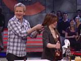 Gordon tenant les cheveux d'Alyson pour qu'ils ne s'enflamme pas