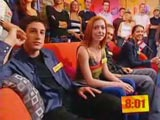 Alyson assise sur un divan entourée de Jason, Seann et Shannon.