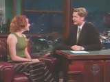 Alyson Hannigan en T-Shirt kaki et longue jupe face à Craig