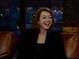 Alyson Hannigan riant aux blagues de l'animateur