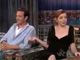 Alyson Hannigan désignant Luke Perry assis à côté d'elle