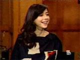 Alyson souriante sur le plateau de Regis et Kelly