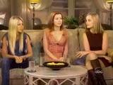 Alyson entourée de Tara et Mena sur le divant de l'émission