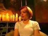 Alyson Hannigan dans un décor dans la lumière jaune des bougies